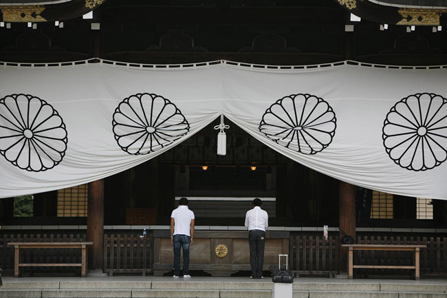 The controversial Yasukuni shrine, Tokyo. Japan street photography by Frank Duenzl
