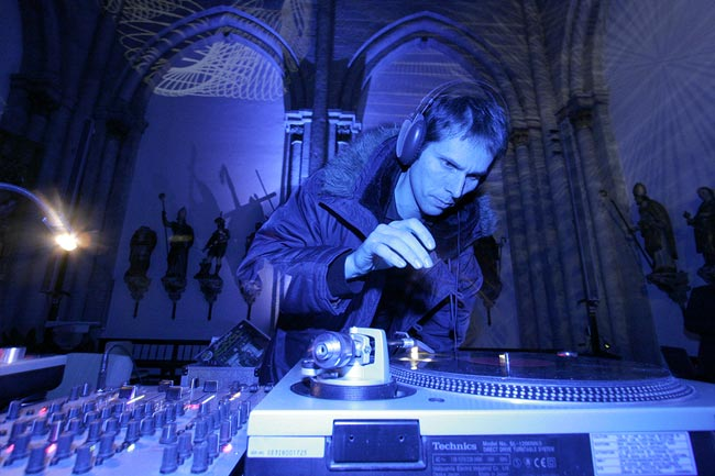 Record label Karaoke Kalk, spinning the turntable in a church. Zivilisation der Liebe, Apostelnkirche Koeln.